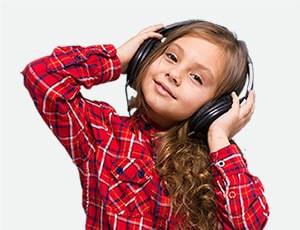 ילדה שומעת מוסיקה עם אוזניות